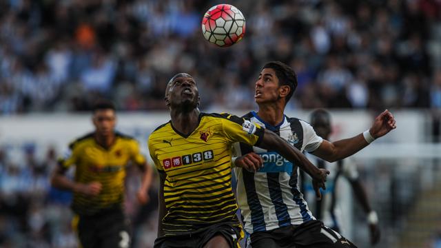 Allan Nyom (Watford) y Ayoze Pérez (Newcastle). [Fotografía: Newcastle United FC]