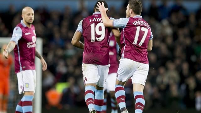 Jordan Ayew, felicitado por sus compañeros | Fotografía: Aston Villa FC
