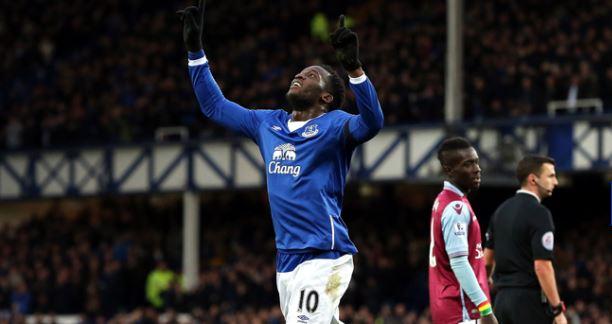 Romelu Lukaku (Everton) e Idrissa Gana (Aston Villa) | Fotografía: Everton FC