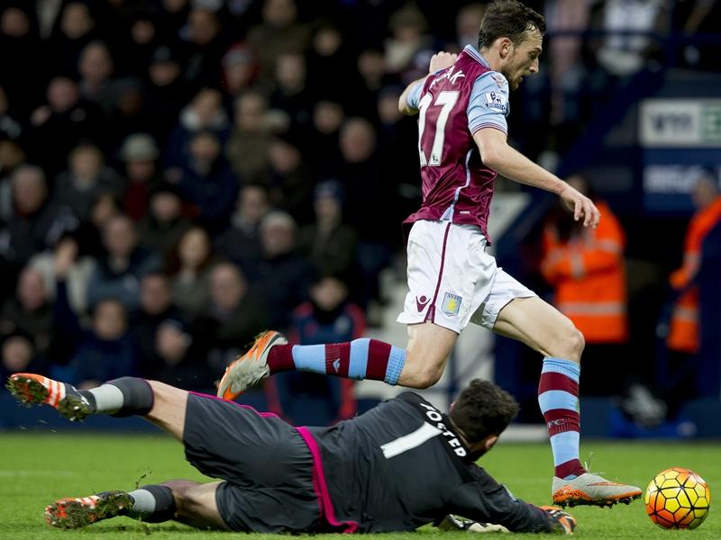 Libor Kozak, intentando superar a Ben Foster | Fotografía: Aston Villa FC