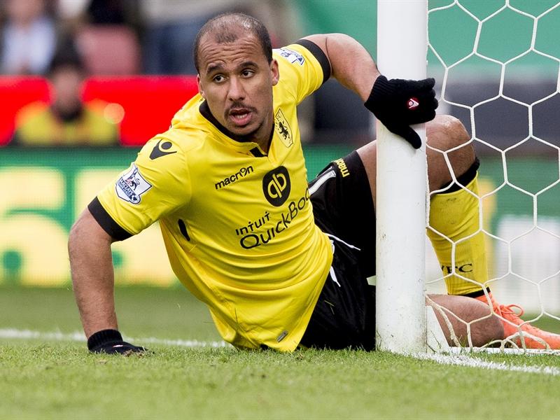 Gabriel Agbonlahor, tras chocarse contra un poste | Fotografía: Aston Villa FC