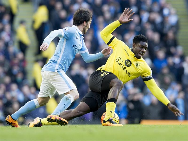 Micah Richards, en la disputa por un balón | Fotografía: Aston Villa FC