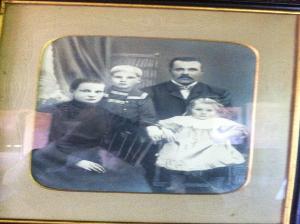 Urkki isän ja äidin välissä, pikkusisko Siiri isän edessä. Kuvasta puuttuu kuopus Jussi.
