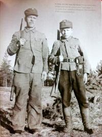 Ikäeroa: 60-vuotias ja 12-vuotias sotilas, kuva: Viljo Pietinen