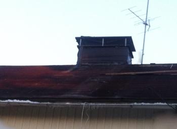 Vanhan konesaumapeltikaton alta löytyi - kas kummaa - joskus varmaan parempiakin päiviä nähnyt punertava huopakatto.