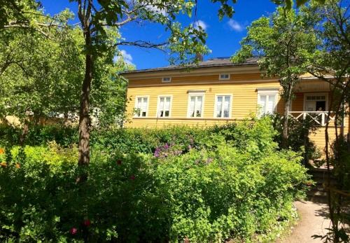 Kirjassa mainitaan myös Porvoossa sijaitseva Fredrika Runebergin puutarha.