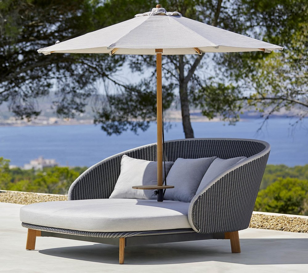 Peacock Daybed with Umbrella and Table