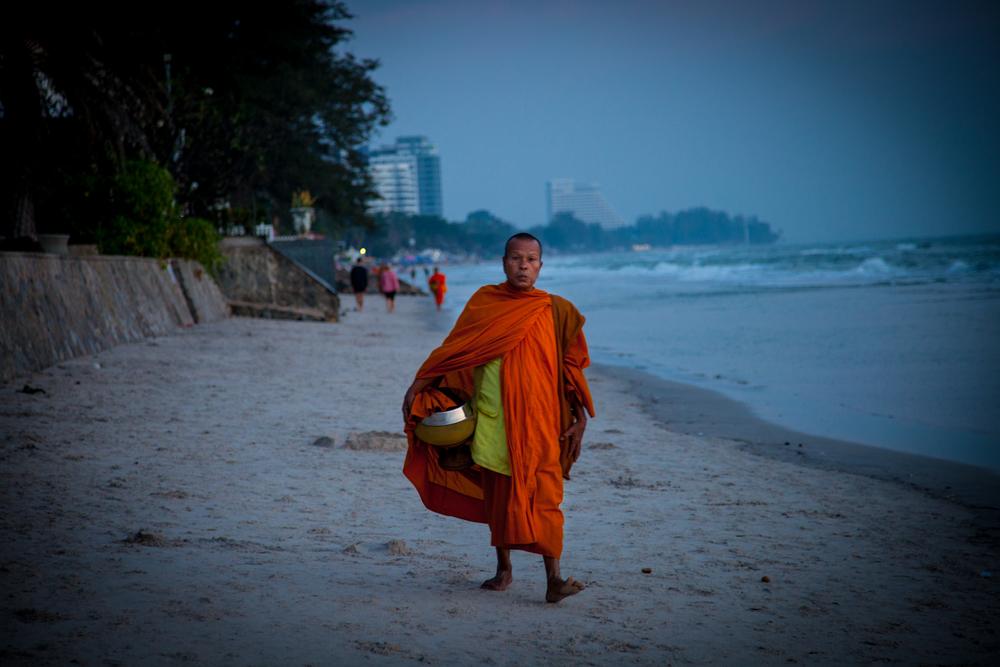 huahin monk on beach-1.jpg