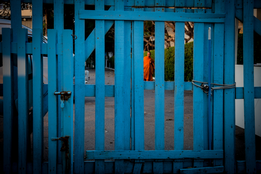 huahin blue gate & monk-1.jpg