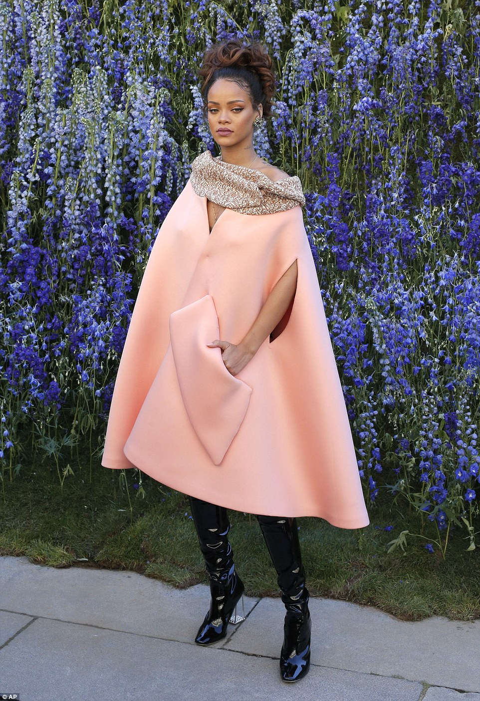 2D029EAB00000578-3257642-Edgy_Rihanna_showed_exactly_why_she_is_renowned_for_her_style_as-a-227_1443802266859.jpg