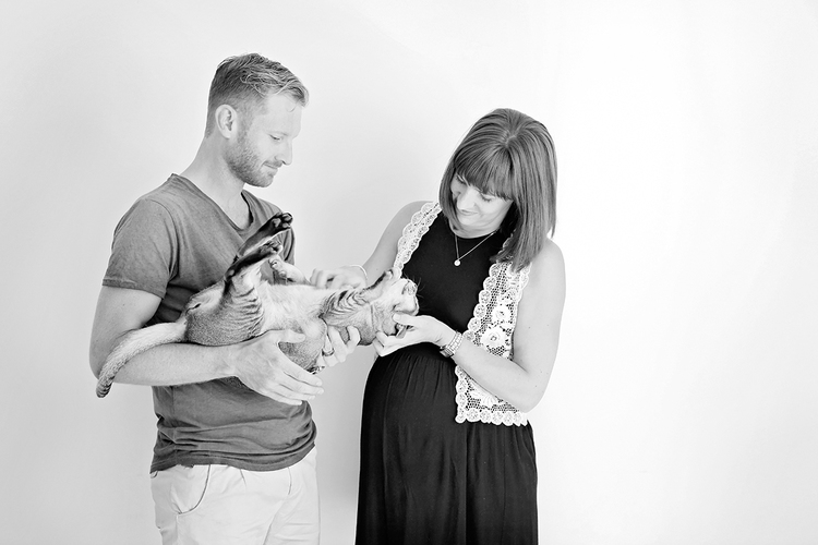 pregnancy photo with pets