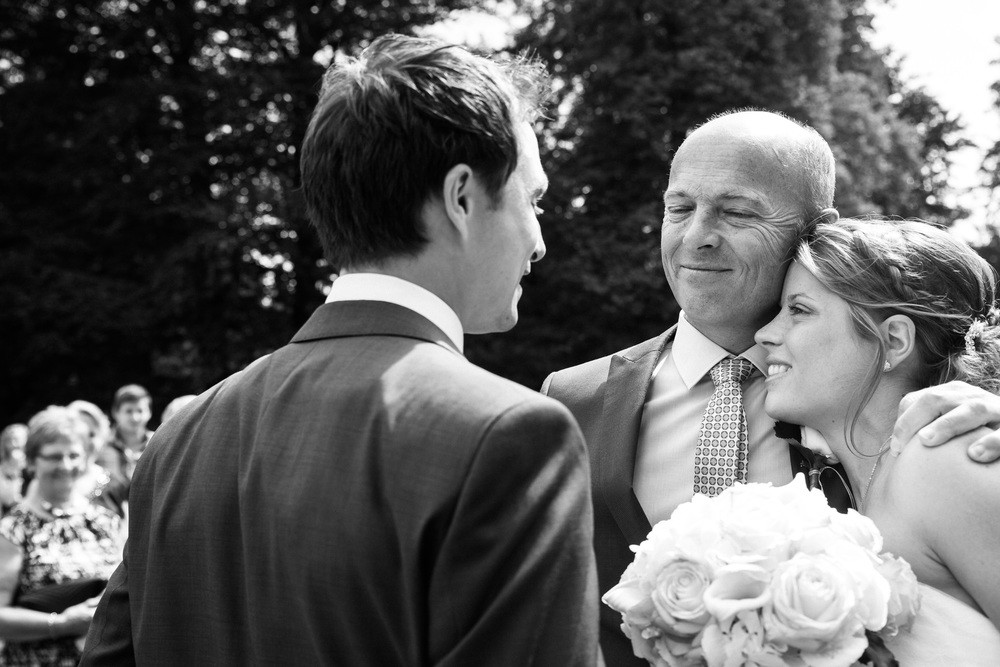 Fotoreportage van de huwelijksfotograaf van iso800. Laat ons maar beginnen met te zeggen dat Jill en Tim een koppel is dat in ons straatje past. Een bruid die van wanten weet, naast een bruidegom die niet terugdeinst voor wat gekkigheid. Jill en Tim startten hun dag in Zoersel, waar het prachtige gemeentehuis, waarna ze in hun geitje naar Kasteel Belvédère, in Wijnegem trokken.