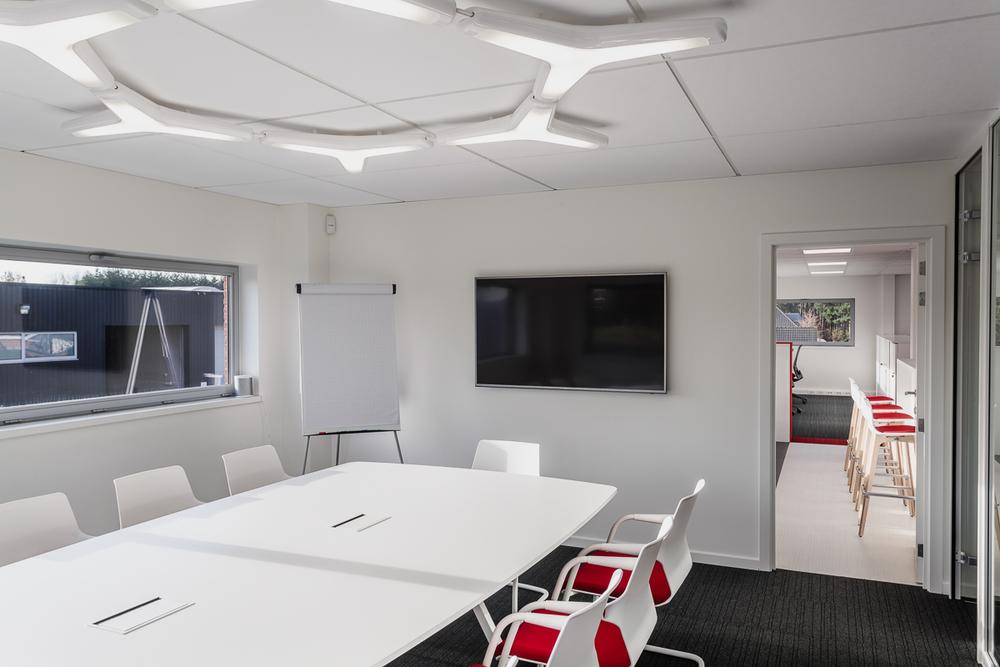 Voor ProjectAtelier zijn de interieurfotografen van is800 meer dan vaak op de baan. Ditmaal waren we te gast bij Advipro (Lille). Wat ze in dit bedrijf doen, gaat ons petje lichtjes te boven. Maar dat ze een klassevol interieur hebben, dat staat als een paal boven water.