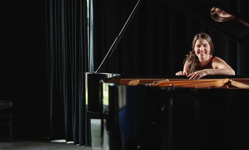 Voor haar nieuwe website had soprane Elsi Spanoghe beelden nodig. Dus zijn we ons gaan amuseren in de muziekschool van Lier. Ik heb er mijn ogen uitgekeken: prachtige settings, muziekinstrumenten waar ik in mijn hele leven nog nooit van gehoord had,een hele vervallen kerk... Reportage van iso800.