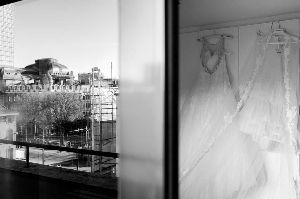 Jessica en Sandy kenden de huwelijksfotografen van is800 nog van bij hun verlovingsshoot, en toen wisten we al: dat komt meer dan goed. Deze twee lieverds halen het beste uit hun Belgisch-Chinees-Filipijnse roots en combineren dat tot wie ze zijn: een schitterend koppel. We reden van de ceremonie in de Spiegelzaal op de Meir in een riksja richting het Centraal Station, om daarna het feest passioneel verder te zetten in feestzaal Horta. De bruidsjurk hangt klaar. In de achtergrond zien we het dak van het Centraal Station.
