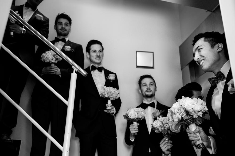 Jessica en Sandy kenden de huwelijksfotografen van is800 nog van bij hun verlovingsshoot, en toen wisten we al: dat komt meer dan goed. Deze twee lieverds halen het beste uit hun Belgisch-Chinees-Filipijnse roots en combineren dat tot wie ze zijn: een schitterend koppel. We reden van de ceremonie in de Spiegelzaal op de Meir in een riksja richting het Centraal Station, om daarna het feest passioneel verder te zetten in feestzaal Horta.De bruidegom wacht zijn aanstaande vrouw op beneden aan de trap.