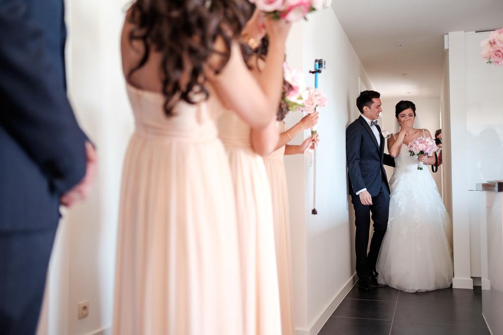 Jessica en Sandy kenden de huwelijksfotografen van is800 nog van bij hun verlovingsshoot, en toen wisten we al: dat komt meer dan goed. Deze twee lieverds halen het beste uit hun Belgisch-Chinees-Filipijnse roots en combineren dat tot wie ze zijn: een schitterend koppel. We reden van de ceremonie in de Spiegelzaal op de Meir in een riksja richting het Centraal Station, om daarna het feest passioneel verder te zetten in feestzaal Horta. Bruid is verrast wanneer ze de kamer binnentreedt.