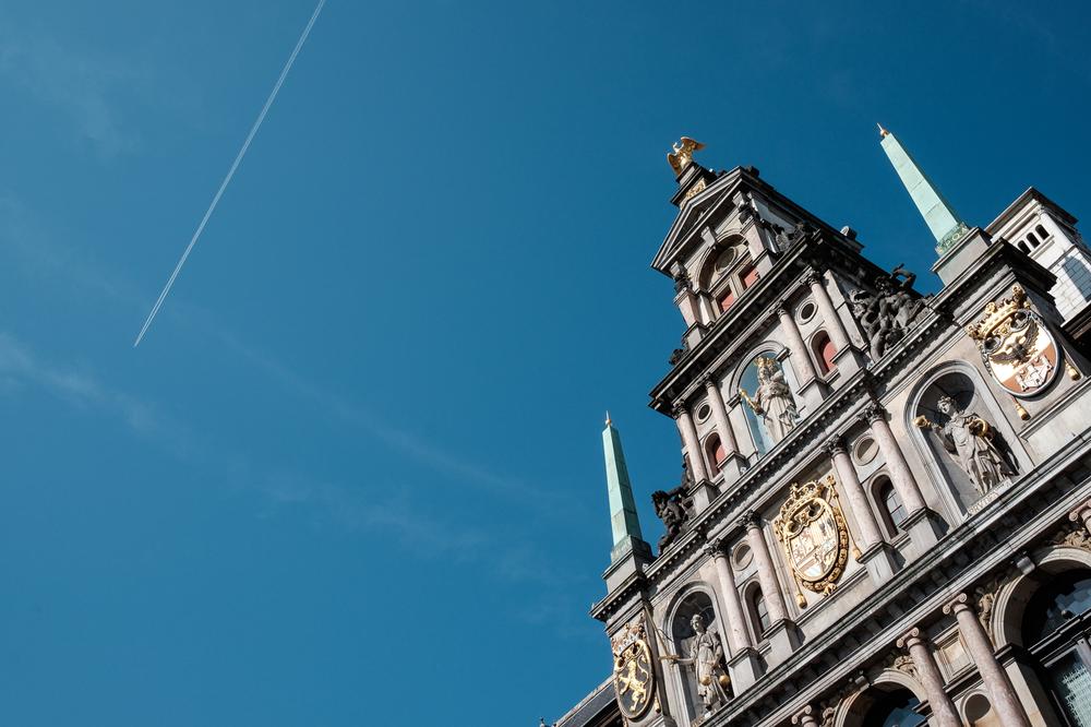 Jessica en Sandy kenden de huwelijksfotografen van is800 nog van bij hun verlovingsshoot, en toen wisten we al: dat komt meer dan goed. Deze twee lieverds halen het beste uit hun Belgisch-Chinees-Filipijnse roots en combineren dat tot wie ze zijn: een schitterend koppel. We reden van de ceremonie in de Spiegelzaal op de Meir in een riksja richting het Centraal Station, om daarna het feest passioneel verder te zetten in feestzaal Horta. Sfeerbeeld van het gemeentehuis in Antwerpen.