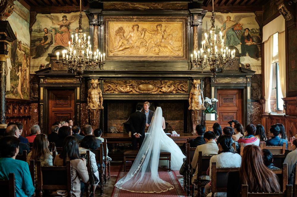 Jessica en Sandy kenden de huwelijksfotografen van is800 nog van bij hun verlovingsshoot, en toen wisten we al: dat komt meer dan goed. Deze twee lieverds halen het beste uit hun Belgisch-Chinees-Filipijnse roots en combineren dat tot wie ze zijn: een schitterend koppel. We reden van de ceremonie in de Spiegelzaal op de Meir in een riksja richting het Centraal Station, om daarna het feest passioneel verder te zetten in feestzaal Horta. Sfeerbeeld van ceremonie op 't Schoon Verdiep van het Antwerpse gemeentehuis.