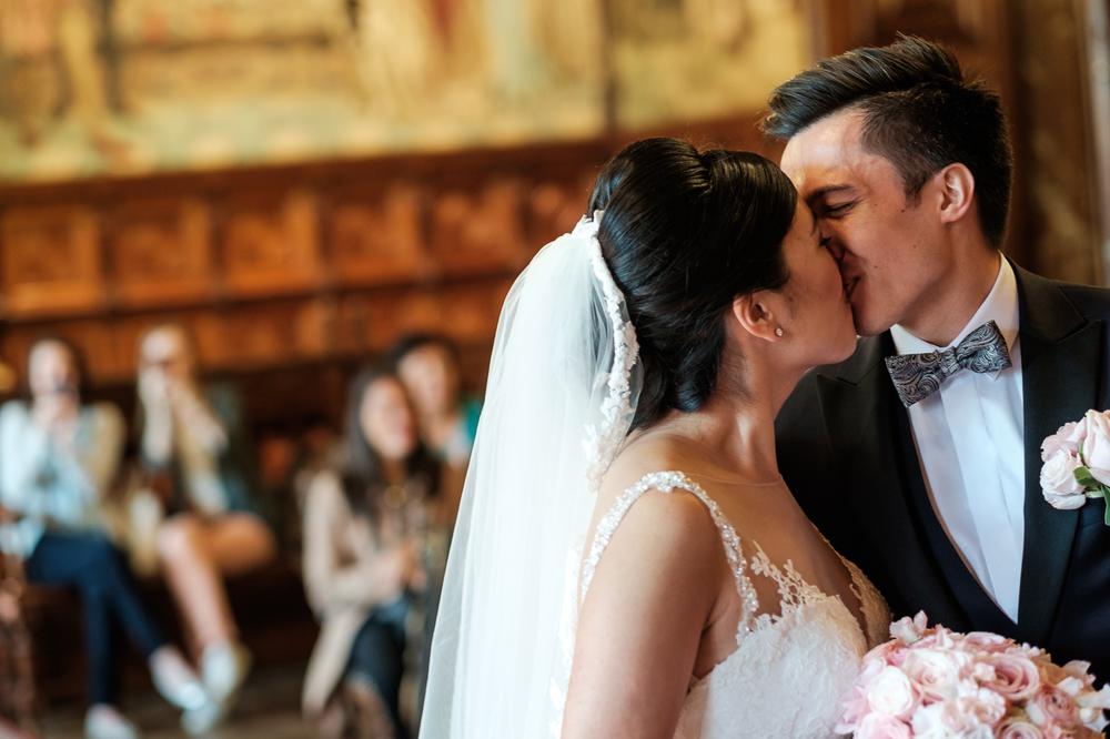 Jessica en Sandy kenden de huwelijksfotografen van is800 nog van bij hun verlovingsshoot, en toen wisten we al: dat komt meer dan goed. Deze twee lieverds halen het beste uit hun Belgisch-Chinees-Filipijnse roots en combineren dat tot wie ze zijn: een schitterend koppel. We reden van de ceremonie in de Spiegelzaal op de Meir in een riksja richting het Centraal Station, om daarna het feest passioneel verder te zetten in feestzaal Horta. De kus tijdens de ceremonie in het gemeentehuis van Antwerpen.