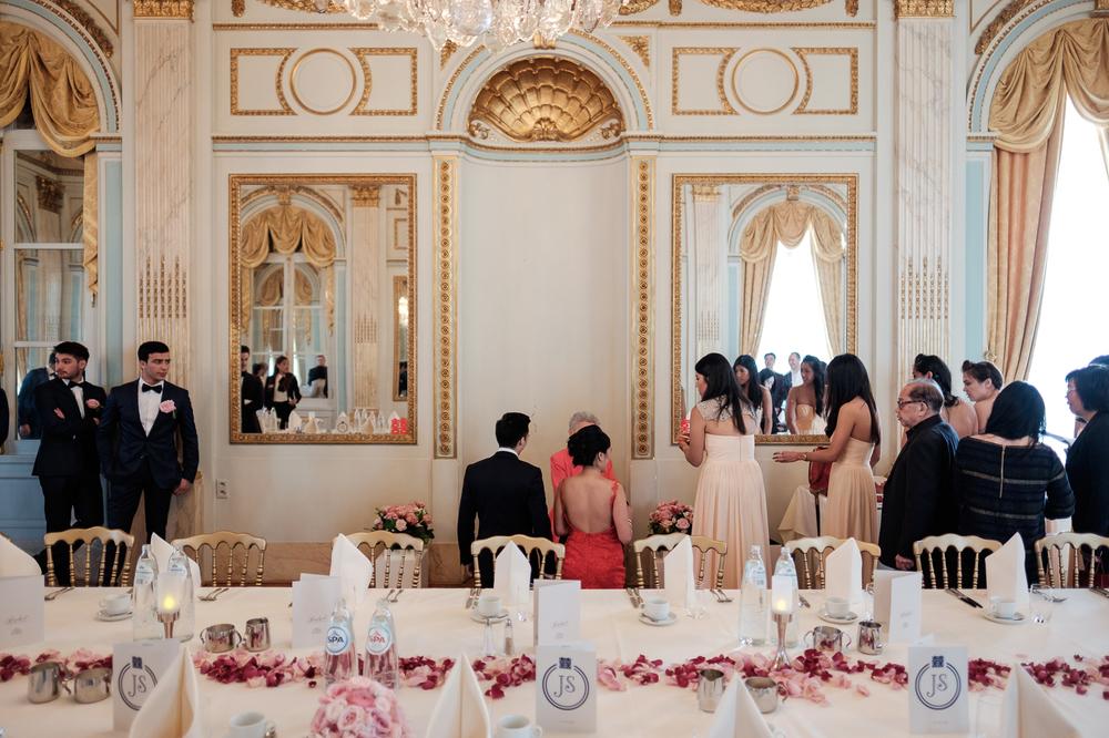 Jessica en Sandy kenden de huwelijksfotografen van is800 nog van bij hun verlovingsshoot, en toen wisten we al: dat komt meer dan goed. Deze twee lieverds halen het beste uit hun Belgisch-Chinees-Filipijnse roots en combineren dat tot wie ze zijn: een schitterend koppel. We reden van de ceremonie in de Spiegelzaal op de Meir in een riksja richting het Centraal Station, om daarna het feest passioneel verder te zetten in feestzaal Horta.