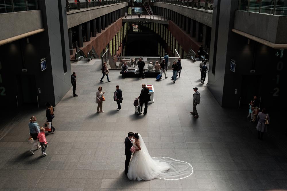Jessica en Sandy kenden de huwelijksfotografen van is800 nog van bij hun verlovingsshoot, en toen wisten we al: dat komt meer dan goed. Deze twee lieverds halen het beste uit hun Belgisch-Chinees-Filipijnse roots en combineren dat tot wie ze zijn: een schitterend koppel. We reden van de ceremonie in de Spiegelzaal op de Meir in een riksja richting het Centraal Station, om daarna het feest passioneel verder te zetten in feestzaal Horta. Foto van het koppel tijdens de shoot in het centraal station.