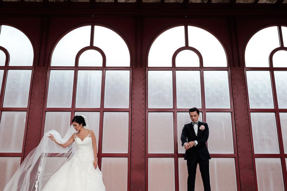 Jessica en Sandy kenden de huwelijksfotografen van is800 nog van bij hun verlovingsshoot, en toen wisten we al: dat komt meer dan goed. Deze twee lieverds halen het beste uit hun Belgisch-Chinees-Filipijnse roots en combineren dat tot wie ze zijn: een schitterend koppel. We reden van de ceremonie in de Spiegelzaal op de Meir in een riksja richting het Centraal Station, om daarna het feest passioneel verder te zetten in feestzaal Horta. Shoot van het koppel in het Centraal Station van Antwerpen.