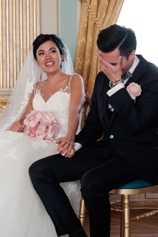 Jessica en Sandy kenden de huwelijksfotografen van is800 nog van bij hun verlovingsshoot, en toen wisten we al: dat komt meer dan goed. Deze twee lieverds halen het beste uit hun Belgisch-Chinees-Filipijnse roots en combineren dat tot wie ze zijn: een schitterend koppel. We reden van de ceremonie in de Spiegelzaal op de Meir in een riksja richting het Centraal Station, om daarna het feest passioneel verder te zetten in feestzaal Horta. Een beeld van bruid en bruidegom tijdens de ceremonie.