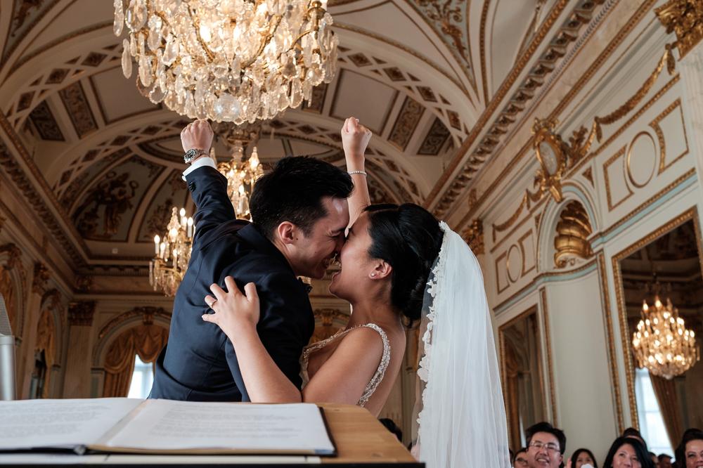 Jessica en Sandy kenden de huwelijksfotografen van is800 nog van bij hun verlovingsshoot, en toen wisten we al: dat komt meer dan goed. Deze twee lieverds halen het beste uit hun Belgisch-Chinees-Filipijnse roots en combineren dat tot wie ze zijn: een schitterend koppel. We reden van de ceremonie in de Spiegelzaal op de Meir in een riksja richting het Centraal Station, om daarna het feest passioneel verder te zetten in feestzaal Horta. Beeld tijdens de ceremonie.
