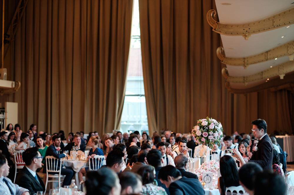 Jessica en Sandy kenden de huwelijksfotografen van is800 nog van bij hun verlovingsshoot, en toen wisten we al: dat komt meer dan goed. Deze twee lieverds halen het beste uit hun Belgisch-Chinees-Filipijnse roots en combineren dat tot wie ze zijn: een schitterend koppel. We reden van de ceremonie in de Spiegelzaal op de Meir in een riksja richting het Centraal Station, om daarna het feest passioneel verder te zetten in feestzaal Horta. Sfeerbeeld van het avondfeest, speech wordt gegeven.