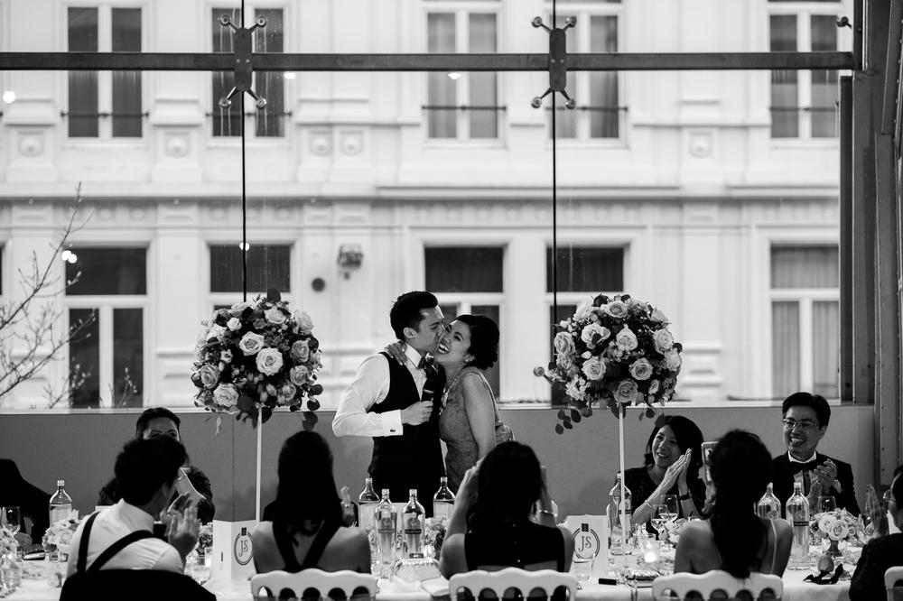 Jessica en Sandy kenden de huwelijksfotografen van is800 nog van bij hun verlovingsshoot, en toen wisten we al: dat komt meer dan goed. Deze twee lieverds halen het beste uit hun Belgisch-Chinees-Filipijnse roots en combineren dat tot wie ze zijn: een schitterend koppel. We reden van de ceremonie in de Spiegelzaal op de Meir in een riksja richting het Centraal Station, om daarna het feest passioneel verder te zetten in feestzaal Horta. Koppel opent het diner.