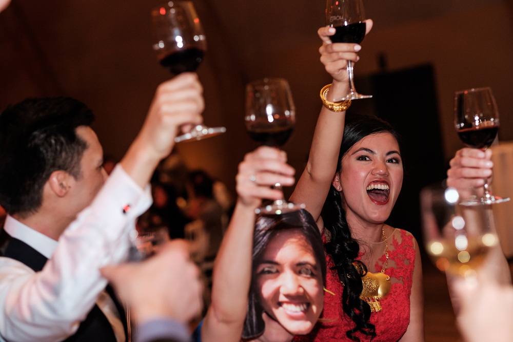 Jessica en Sandy kenden de huwelijksfotografen van is800 nog van bij hun verlovingsshoot, en toen wisten we al: dat komt meer dan goed. Deze twee lieverds halen het beste uit hun Belgisch-Chinees-Filipijnse roots en combineren dat tot wie ze zijn: een schitterend koppel. We reden van de ceremonie in de Spiegelzaal op de Meir in een riksja richting het Centraal Station, om daarna het feest passioneel verder te zetten in feestzaal Horta. Bruid en bruidegom toasten!