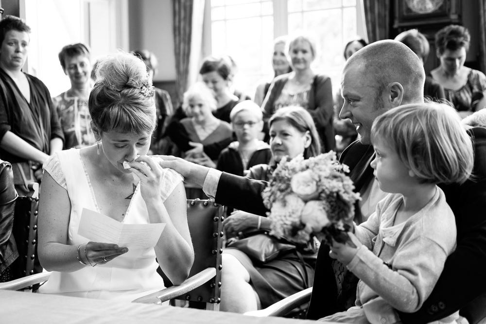 De huwelijksfotografen van iso800 waren getuigen van het lang verwachte huwelijk van Lise en Elias. De hoogopgelopen verwachtingen werden vlotjes ingewilligd. Het heerlijk, vrolijke no-nonsens karakter van bruid en bruidegom en hun aandacht voor details scheen door in elk aspect van de dag. Van Tielen trokken we naar Wortel en de Bonte Beestenboel. Bruid leest haar geloften voor.