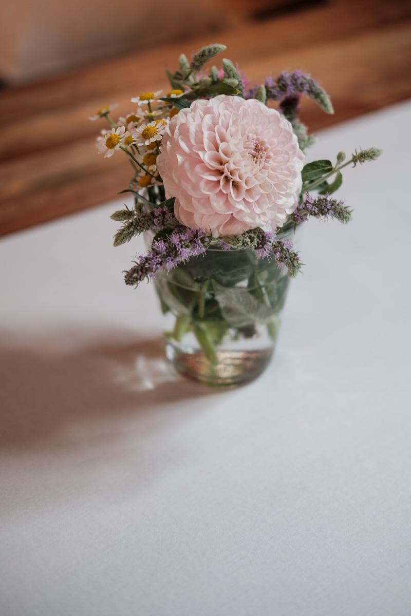 De huwelijksfotografen van iso800 waren getuigen van het lang verwachte huwelijk van Lise en Elias. De hoogopgelopen verwachtingen werden vlotjes ingewilligd. Het heerlijk, vrolijke no-nonsens karakter van bruid en bruidegom en hun aandacht voor details scheen door in elk aspect van de dag. Van Tielen trokken we naar Wortel en de Bonte Beestenboel. Sfeerbeeld bloemen.