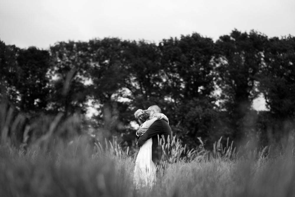De huwelijksfotografen van iso800 waren getuigen van het lang verwachte huwelijk van Lise en Elias. De hoogopgelopen verwachtingen werden vlotjes ingewilligd. Het heerlijk, vrolijke no-nonsens karakter van bruid en bruidegom en hun aandacht voor details scheen door in elk aspect van de dag. Van Tielen trokken we naar Wortel en de Bonte Beestenboel. Shoot met het koppel, bruid en bruidegom omhelzen elkaar, komen net uit boven het hoog opstaande gras.
