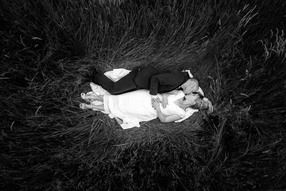 De huwelijksfotografen van iso800 waren getuigen van het lang verwachte huwelijk van Lise en Elias. De hoogopgelopen verwachtingen werden vlotjes ingewilligd. Het heerlijk, vrolijke no-nonsens karakter van bruid en bruidegom en hun aandacht voor details scheen door in elk aspect van de dag. Van Tielen trokken we naar Wortel en de Bonte Beestenboel. Het koppel ligt te zoenen in het hoge gras.