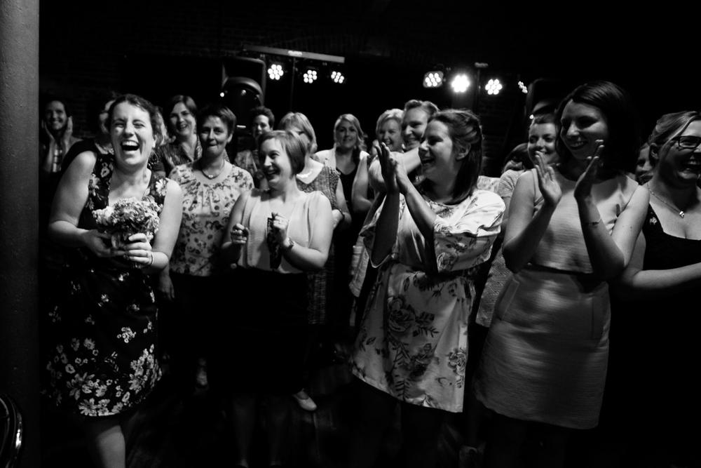 De huwelijksfotografen van iso800 waren getuigen van het lang verwachte huwelijk van Lise en Elias. De hoogopgelopen verwachtingen werden vlotjes ingewilligd. Het heerlijk, vrolijke no-nonsens karakter van bruid en bruidegom en hun aandacht voor details scheen door in elk aspect van de dag. Van Tielen trokken we naar Wortel en de Bonte Beestenboel. Een gelukkige jonge dame heeft het boeket gevangen!