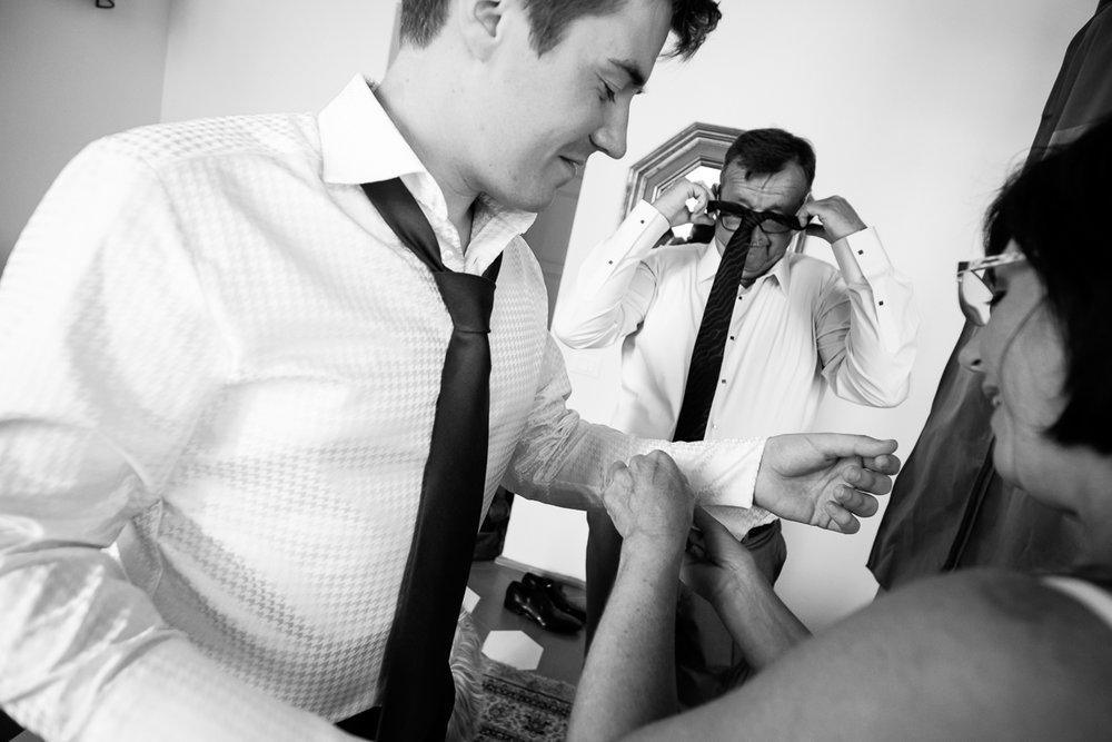 De huwelijksfotografen van iso800 zijn vandaag de dag nog in de wolken over dit uitzonderlijke huwelijk. Leatitia en Bart trouwden in het prachtige Toscaanse landschap, hadden een perfect gevolg volmaakt geflipte fasten en wisten de weergoden perfect te dirigeren. Maar dat alles was nog niets in vergelijking met de grootsheid van de verliefdheid die in hun ogen blonk. De ochtend van het huwelijk, ouders helpen de bruidegom bij de voorbereiding. Manchetknopen worden bevestigd.