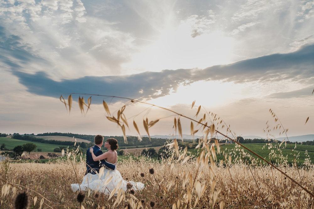 De huwelijksfotografen van iso800 zijn vandaag de dag nog in de wolken over dit uitzonderlijke huwelijk. Leatitia en Bart trouwden in het prachtige Toscaanse landschap, hadden een perfect gevolg volmaakt geflipte fasten en wisten de weergoden perfect te dirigeren. Maar dat alles was nog niets in vergelijking met de grootsheid van de verliefdheid die in hun ogen blonk. Foto van  de fotoshoot met het koppel.