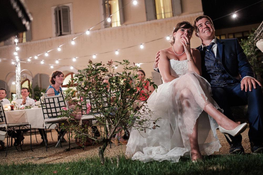De huwelijksfotografen van iso800 zijn vandaag de dag nog in de wolken over dit uitzonderlijke huwelijk. Leatitia en Bart trouwden in het prachtige Toscaanse landschap, hadden een perfect gevolg volmaakt geflipte fasten en wisten de weergoden perfect te dirigeren. Maar dat alles was nog niets in vergelijking met de grootsheid van de verliefdheid die in hun ogen blonk. Het koppel kijkt ontroerd naar een video.
