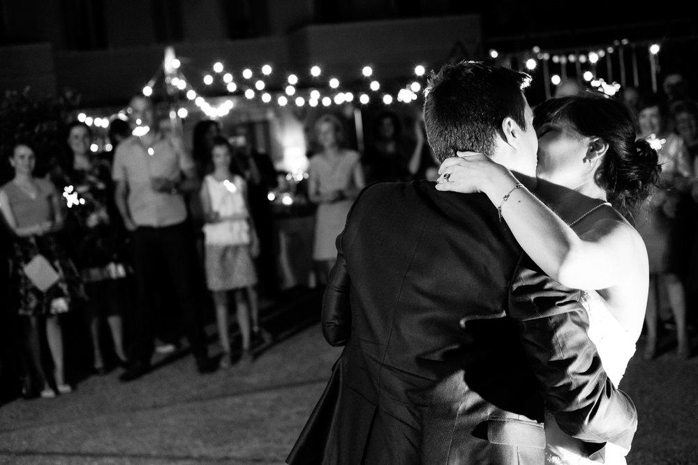 De huwelijksfotografen van iso800 zijn vandaag de dag nog in de wolken over dit uitzonderlijke huwelijk. Leatitia en Bart trouwden in het prachtige Toscaanse landschap, hadden een perfect gevolg volmaakt geflipte fasten en wisten de weergoden perfect te dirigeren. Maar dat alles was nog niets in vergelijking met de grootsheid van de verliefdheid die in hun ogen blonk. Een beeld van tijdens de openingsdans.