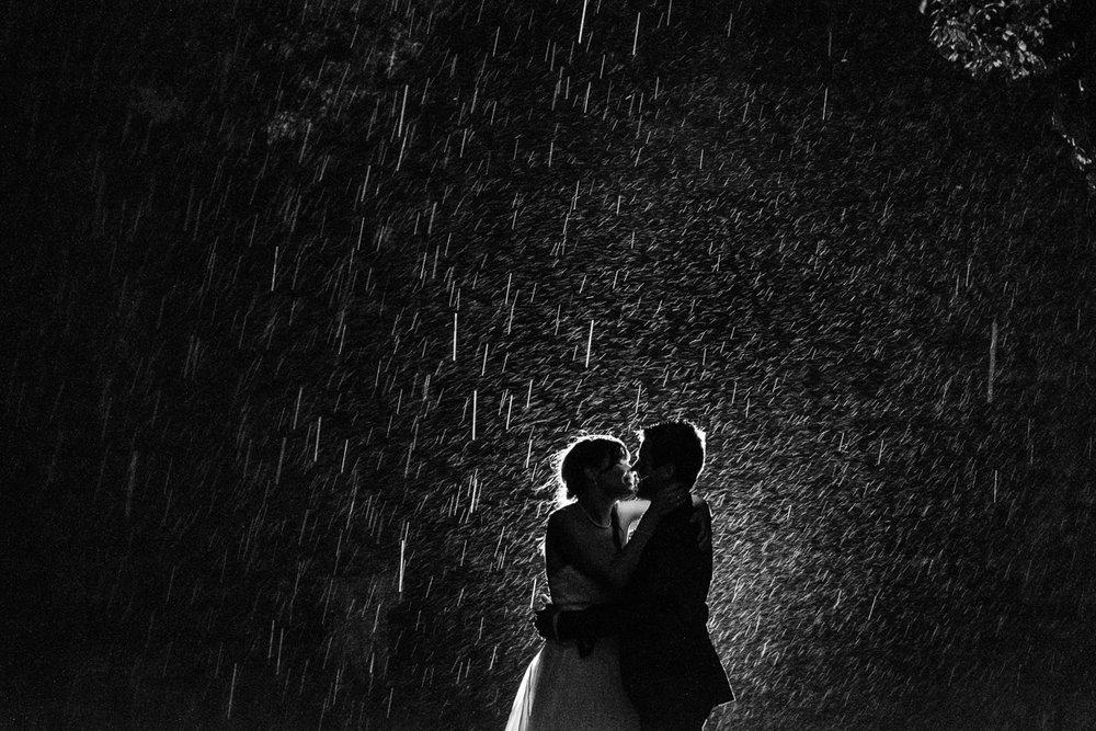 De huwelijksfotografen van iso800 zijn vandaag de dag nog in de wolken over dit uitzonderlijke huwelijk. Leatitia en Bart trouwden in het prachtige Toscaanse landschap, hadden een perfect gevolg volmaakt geflipte fasten en wisten de weergoden perfect te dirigeren. Maar dat alles was nog niets in vergelijking met de grootsheid van de verliefdheid die in hun ogen blonk. Zwart-wit foto in de regen.
