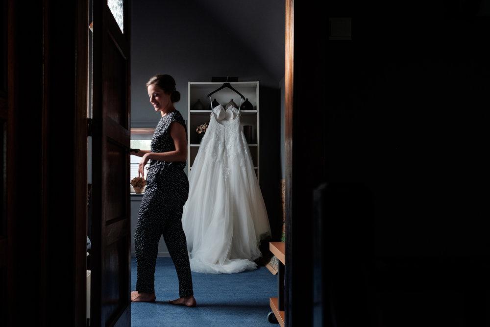 De huwelijksfotografen van iso800 zijn wederom te gast geweest bij een fantastisch feest, het huwelijk van Valérie en Steven. Vertrekken deden we in Brasschaat, vanwaar we naar het gemeentehuis in Kapellen reden, en nadien naar de kerk vlakbij. Het feest zelf ging dan weer door in het mooie Bebronna in Kallo. Ochtend bij de bruid haar ouderlijk huis.