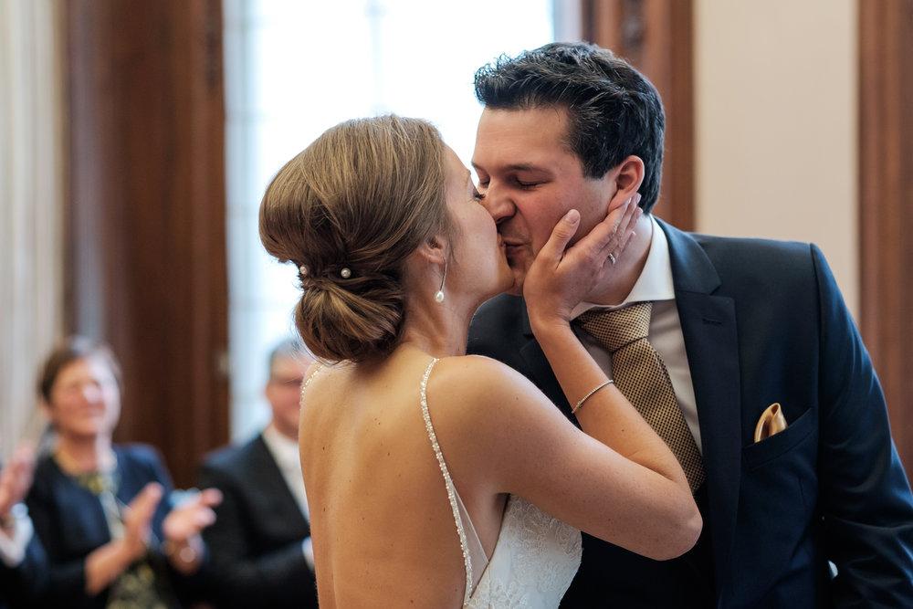 De huwelijksfotografen van iso800 zijn wederom te gast geweest bij een fantastisch feest, het huwelijk van Valérie en Steven. Vertrekken deden we in Brasschaat, vanwaar we naar het gemeentehuis in Kapellen reden, en nadien naar de kerk vlakbij. Het feest zelf ging dan weer door in het mooie Bebronna in Kallo. De kus tijdens de ceremonie in het gemeentehuis.