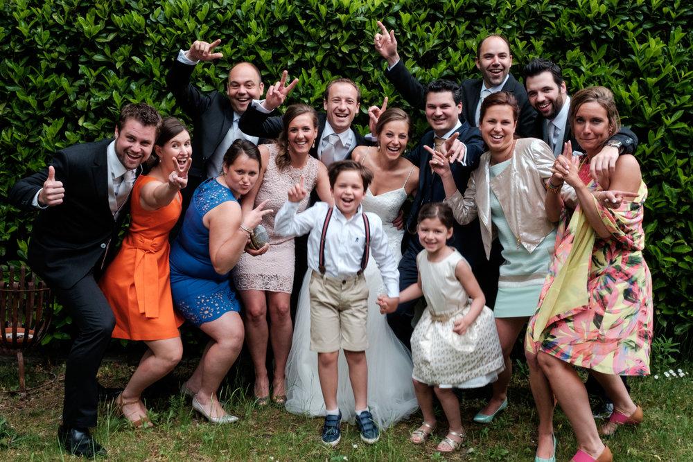 De huwelijksfotografen van iso800 zijn wederom te gast geweest bij een fantastisch feest, het huwelijk van Valérie en Steven. Vertrekken deden we in Brasschaat, vanwaar we naar het gemeentehuis in Kapellen reden, en nadien naar de kerk vlakbij. Het feest zelf ging dan weer door in het mooie Bebronna in Kallo. Groepsfoto van het bruidspaar met enkele gasten van de suitE.