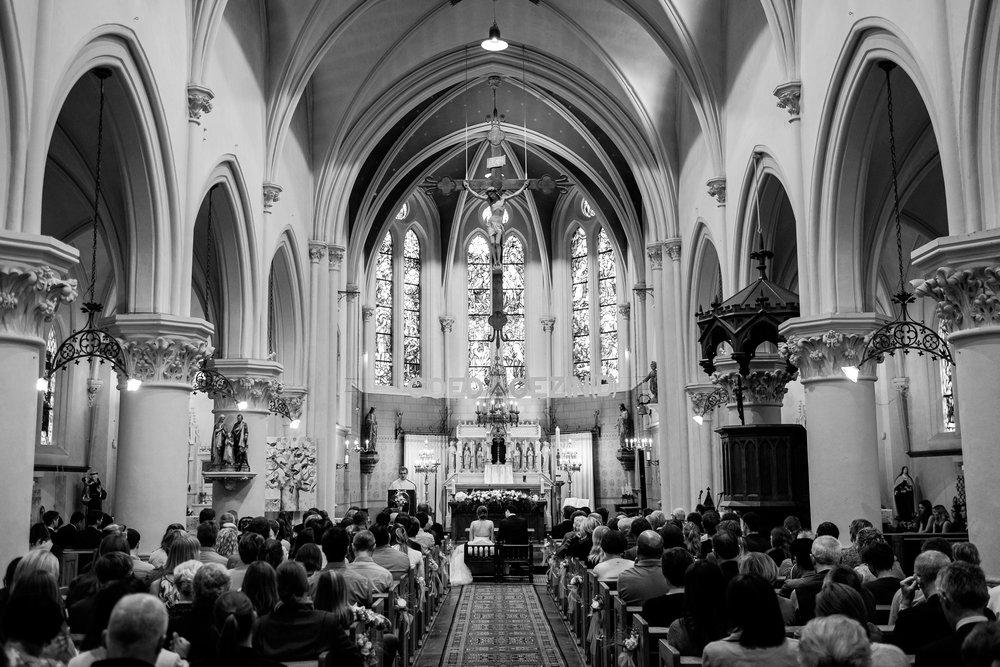 De huwelijksfotografen van iso800 zijn wederom te gast geweest bij een fantastisch feest, het huwelijk van Valérie en Steven. Vertrekken deden we in Brasschaat, vanwaar we naar het gemeentehuis in Kapellen reden, en nadien naar de kerk vlakbij. Het feest zelf ging dan weer door in het mooie Bebronna in Kallo. Sfeerbeeld van de kerk ceremonie.