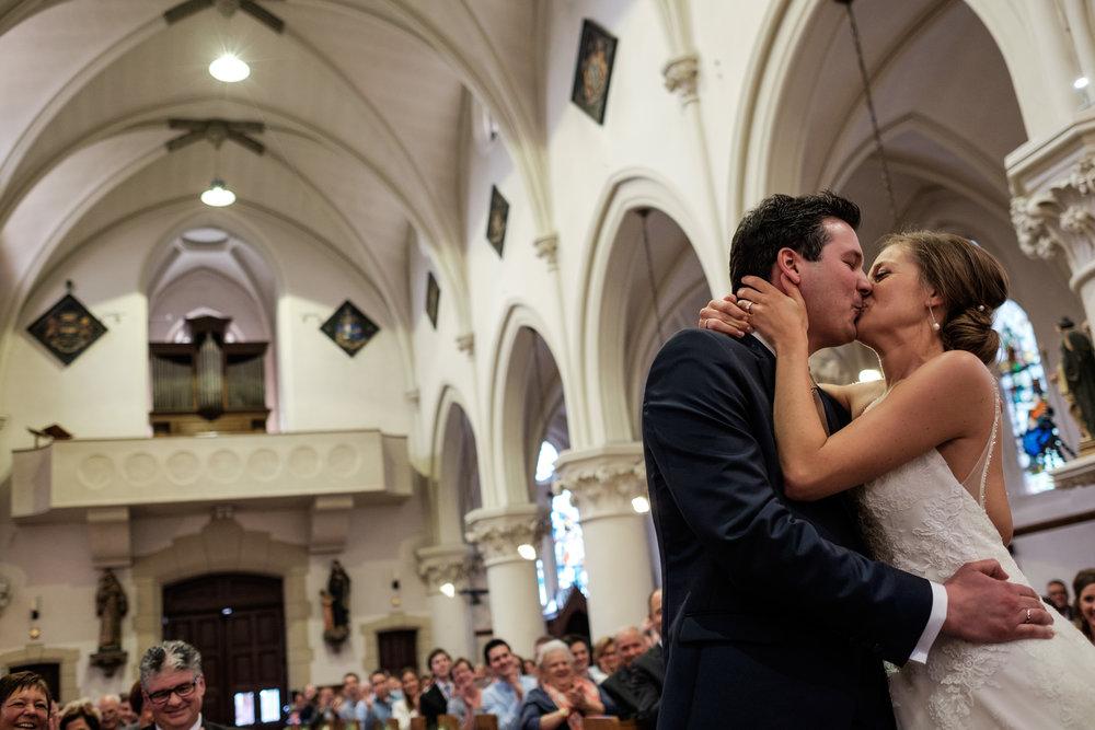 De huwelijksfotografen van iso800 zijn wederom te gast geweest bij een fantastisch feest, het huwelijk van Valérie en Steven. Vertrekken deden we in Brasschaat, vanwaar we naar het gemeentehuis in Kapellen reden, en nadien naar de kerk vlakbij. Het feest zelf ging dan weer door in het mooie Bebronna in Kallo. De eerste kus van het gehuwde paar.