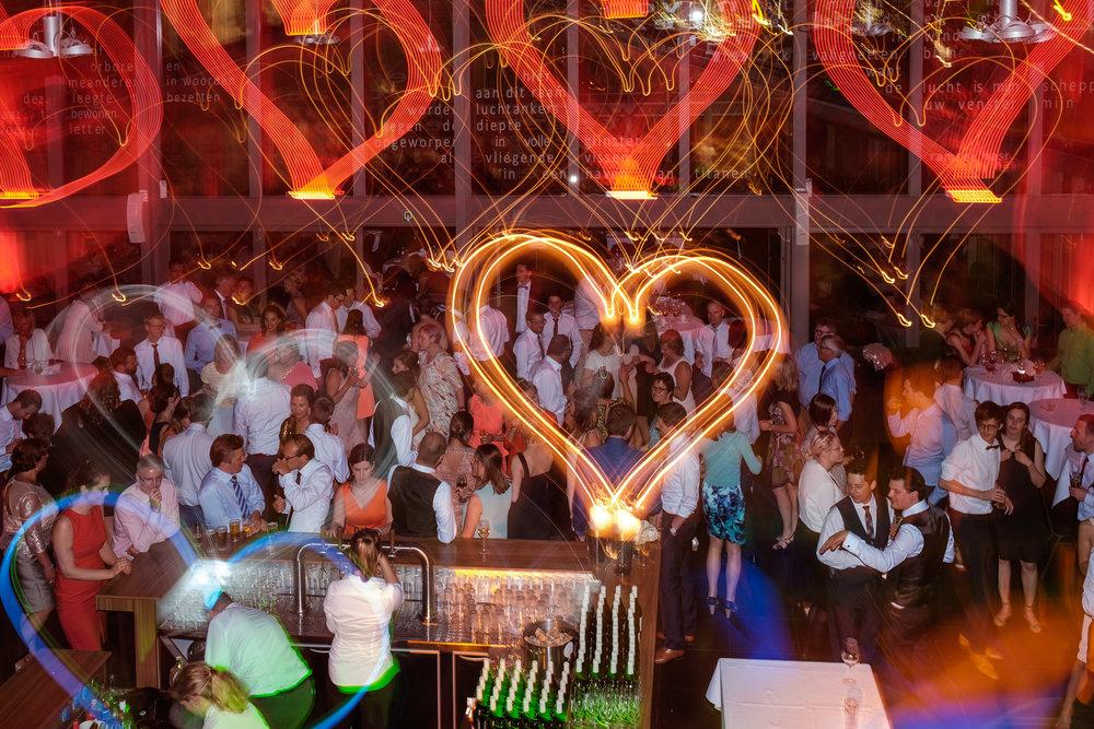De huwelijksfotografen van iso800 zijn wederom te gast geweest bij een fantastisch feest, het huwelijk van Valérie en Steven. Vertrekken deden we in Brasschaat, vanwaar we naar het gemeentehuis in Kapellen reden, en nadien naar de kerk vlakbij. Het feest zelf ging dan weer door in het mooie Bebronna in Kallo. Het dansfeest is begonnen.
