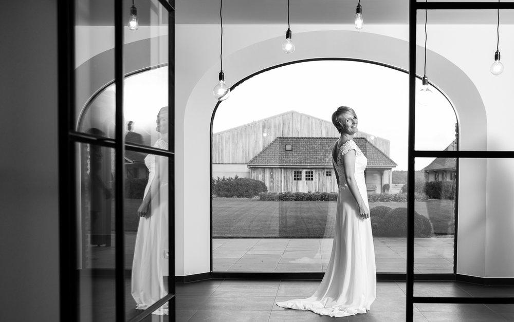 Fotoreportage van het huwelijk van de Sarah en Cédric. En dat was er één met stijl. Ze trouwden op de laatste nazomerdag van het jaar, vergezeld van een grote groep vrienden en familie Deze huwelijksfotograaf van iso800 was alvast gecharmeerd door de vrolijke no-nonse bruidegom en de prachtige, super-sympathieke bruid.