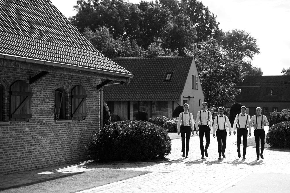 Fotoreportage van het huwelijk van de Sarah en Cédric. En dat was er één met stijl. Ze trouwden op de laatste nazomerdag van het jaar, vergezeld van een grote groep vrienden en familie Deze huwelijksfotograaf van iso800 was alvast gecharmeerd door de vrolijke no-nonse bruidegom en de prachtige, super-sympathieke bruid. De bruidegom zijn aanhang, gekleed in pak compleet met strik en bretellen, komen aan bij De Lozen Boer in Lochristi.